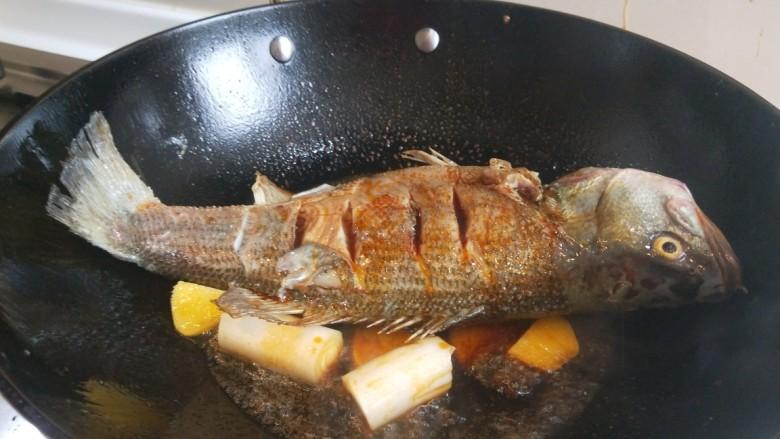 酱焖黄花鱼,放入自然鲜酱油。