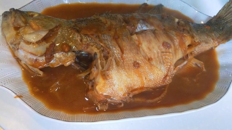 酱焖黄花鱼,出锅即可食用。