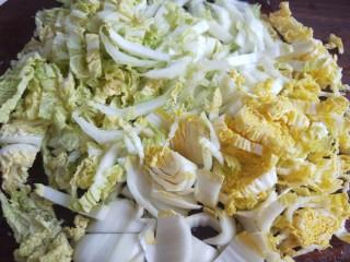 香菇虾仁饺子,把白菜切小条。
