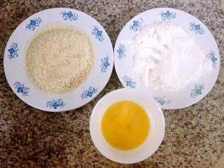 香酥炸鸡翅,准备蛋液、面包糠、淀粉和面粉拌匀备用