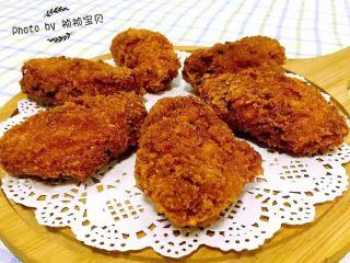 香酥炸鸡翅,美味可口的鸡摆在容器上