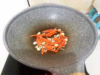 清炒茭白,加入胡萝卜,翻炒1分钟