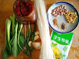 酸辣土豆粉,准备食材。油泼辣子是之前做好的,我家里常备。黄豆提前用温水泡半个小时,控干水备用。