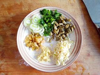 酸辣土豆粉,切好葱花,姜蒜末,榨菜碎,酸豆角和香菜切小段备用。