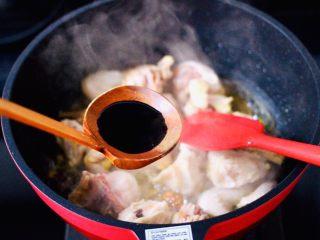 咖喱鸡肉土豆,这个时候加入生抽调味调色,喜欢颜色深的可以再加一点老抽。