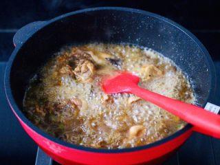 咖喱鸡肉土豆,看见锅中汤汁粘稠时。
