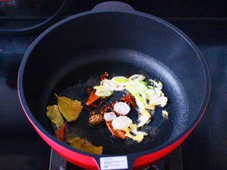 咖喱鸡肉土豆,锅烧热后倒入花生油烧热,放入花椒和八角,草寇和桂皮,香叶和冰糖,小火慢慢炸出香味,大火爆香葱姜碎。