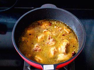 咖喱鸡肉土豆,大火继续快速翻炒至所有食材混合均匀,加入咖喱粉,锅中放入漫过鸡肉块的清水。