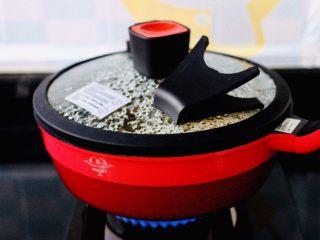咖喱鸡肉土豆,盖上微压锅盖,大火煮沸后转中火继续炖煮30分钟后。