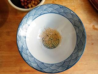 酸辣土豆粉,在碗中加入一丢丢白芝麻和5ml香油。