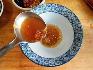 酸辣土豆粉,用一大勺煮好的汤冲开。