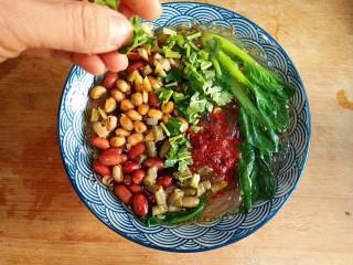 酸辣土豆粉,把焯熟的油菜放在表面,在粉上撒炸酥酥的花生米、黄豆、香菜、酸豆角、榨菜碎,再浇上一勺油泼辣子,一道软韧劲道的美味酸辣粉制作完成。