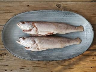 酱焖黄花鱼,将鱼洗净去鳃,去内脏(黑膜一定要撕掉),去鳞,擦干表面水份。如果鱼大的话在鱼身上打花刀,便于入味。