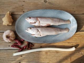酱焖黄花鱼,准备食材。