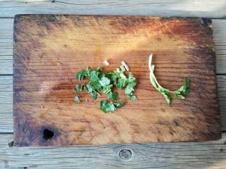 酱焖黄花鱼,香菜洗净切小段。