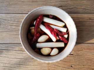 酱焖黄花鱼,用2勺原味鲜酱油,1勺烧红烧酱油,1勺香醋,1勺白酒(或者料酒),少量白糖,加入葱姜蒜,干辣椒调一碗烧鱼酱汁。(可根据个人口味调整调味料用量)