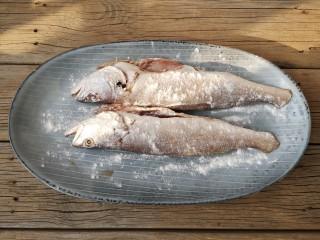 酱焖黄花鱼,将鱼表面撒少量淀粉。