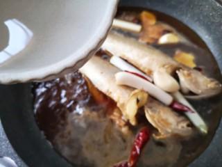 酱焖黄花鱼,煮开后再加入适量的清水,刚没过鱼身即可。