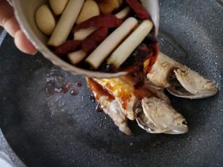 酱焖黄花鱼,加入调好的烧鱼酱汁。