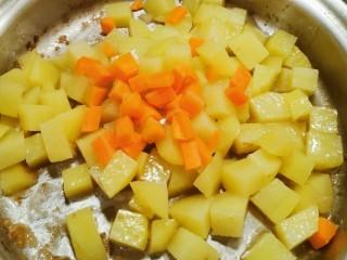 咖喱鸡肉土豆,土豆变色后放入胡萝卜