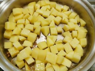 咖喱鸡肉土豆,锅中底油 继续加热  放入土豆翻炒
