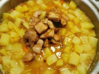 咖喱鸡肉土豆,放入之前炒好的鸡腿肉块