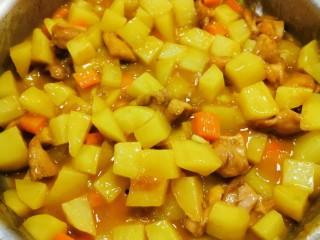 咖喱鸡肉土豆,煮至所有食材全部熟透  汤汁变得浓稠