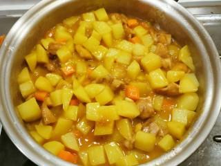 咖喱鸡肉土豆,留点汤汁拌饭  关火