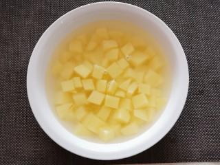 咖喱鸡肉土豆,为防止氧化  将土豆丁放入清水浸泡