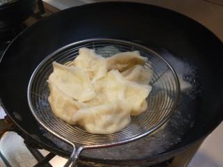 香菇虾仁饺子,出锅捞饺子。