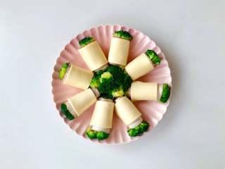 """""""花""""开富贵——焗烤西兰花培根卷,将西兰花培根卷放入烤盘中,摆成花的造型;"""