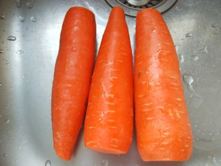 羊肉胡萝卜水饺,胡萝卜去皮洗干净。