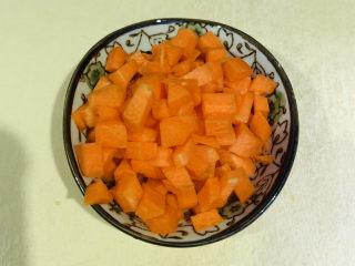 健脾养胃粥,将胡萝卜削皮洗净,切粒