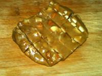杏仁生牛奶糖,用刀切成约1.5厘米