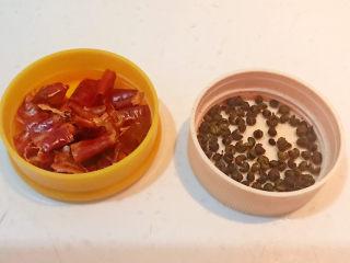 酱焖黄花鱼,干红辣椒段和花椒粒