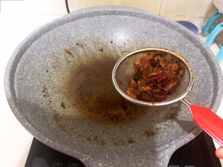 酱焖黄花鱼,把烧鱼底汁里面的料渣过滤出去