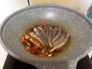 酱焖黄花鱼,加入小黄花鱼