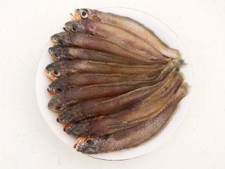 酱焖黄花鱼,把所有的小黄花鱼都处理好,清洗干净