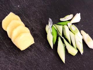 酱焖黄花鱼,姜切成小片,大葱切成小段