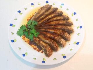 酱焖黄花鱼,点缀上香菜叶就可以吃了~
