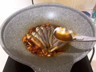 酱焖黄花鱼,加入料酒烹去腥味