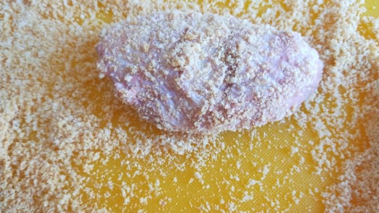 香酥炸鸡翅,沾的不要太多会影响形状。