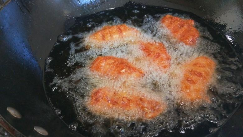 香酥炸鸡翅,小火慢慢炸制。