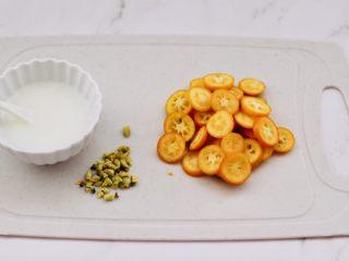 金桔圆子酒酿羹,把金桔洗净后,用刀把金桔切成薄片去核,淀粉加入少许清水化开备用。