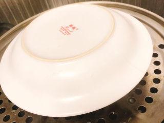快手早餐——土豆番茄蒸糕,盖上盘子上锅蒸,开中大火蒸20分钟左右。