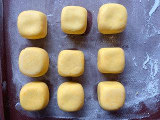 南瓜烙,再分成若干份,做成方块状