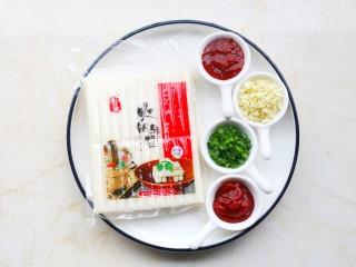 好吃到舔盘的韩式辣酱炒年糕,准备好所有食材。