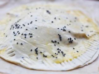 酥到掉渣的爆浆奶香芝士红薯饼,用叉子压紧周边。