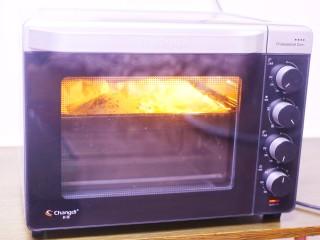 酥到掉渣的爆浆奶香芝士红薯饼,烤箱提前200度预热5分钟,放入烤箱中层上下火烤15分钟即可。