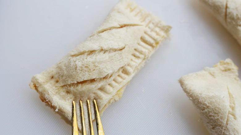 无敌好吃的苹果派,四边用叉子压出褶印。